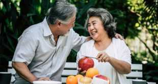 elderly-couples-playing-eating